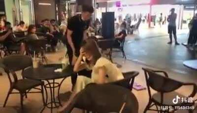 Man loudly tries to woo girl with banana bouquet...with predictable results (in Chinese)