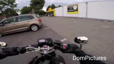 Der Autofahrer ist gruselig. Also keine Beleidigung, aber bei dem Autofahrer hätte ich mich eingeschi**en. Respekt....