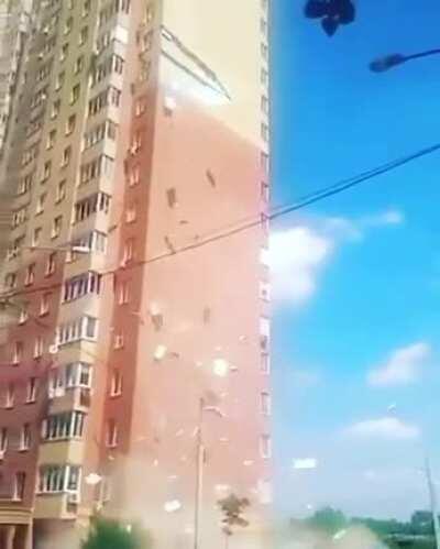 В Балашихе обвалился огромный кусок фасада жилого дома. Никто не пострадал.