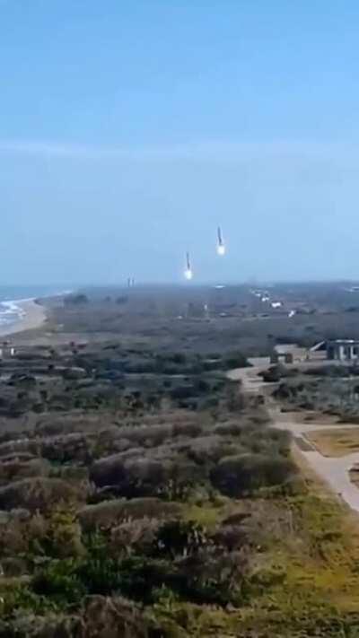 Parece ficção, mas são os boosters do SpaceX retornando para serem reutilizados depois. Alias, O Elon Musk falou que acredita que em 2026 o homem vai a Marte! Eles quebram a barreira do som e a gente só houve depois que já vê a luz dos foguetes de aterris