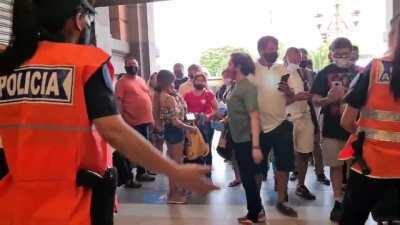 Despues del multitudinario velorio a Maradona, el gobierno sigue pidiendo permiso de circulacion.