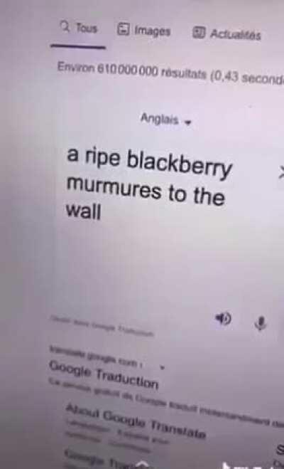 Une mûre mûre murmure au mur