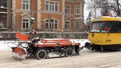 Einmal im Jahr hat sie Ausgang, die Schneepflugstraßenbahn