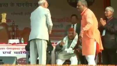 Many of us would have missed this beautiful and meaningful video. This is our Honorable President Ramnath Kovind getting blessings from his teacher in an event at his hometown,Kanpur. He is a President to country with Billion population but still bend dow