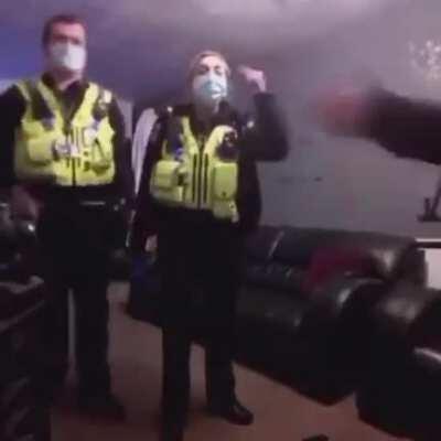 Полиция пения | Что могло пойти не так, когда ты поешь в прямом эфире, находясь в розыске.