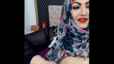 busty hijab woman on cam