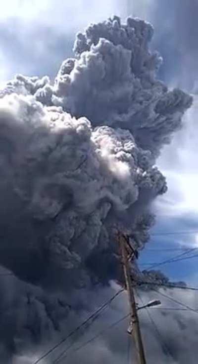 Вулкан Синабунг. Индонезия, несколько часов назад