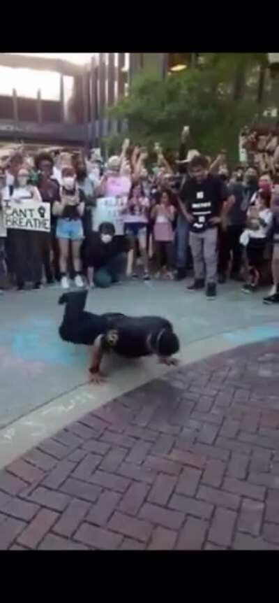 Now this is what we like to see... 'Cops vs Protestors breakdance battle (Elgin, IL)'
