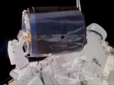 Dale Gardner catches and retrieves Westar-6 satellite