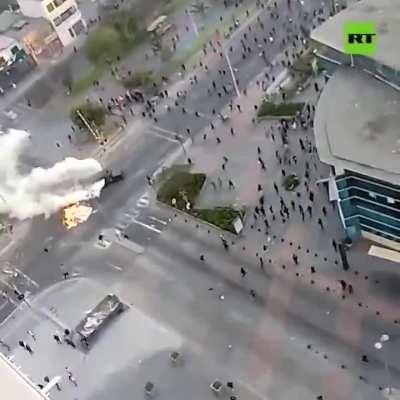 Chile: police teargasing people from car