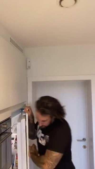 Что этот холодильник себе позволяет?