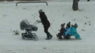 Powermutti zieht ihre 4 Kinder durch den Schnee in Karlsruhe