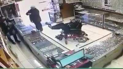 Disabled idiot trying to rob a jewelry holding a gun with his feet