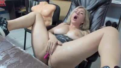 Curvy blonde squirts in her own face