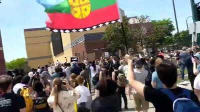 Bandera Mapuche avistada en una protesta fuera de una comisaría en Minneapolis