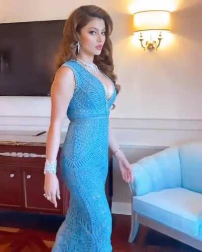 Urvashi rautela is looking so sexy