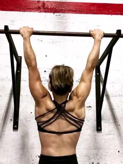 Artist and weightlifter Elizabeth Halen [gif]