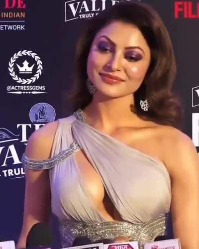 The shinning boobs of Urvashi Rautela