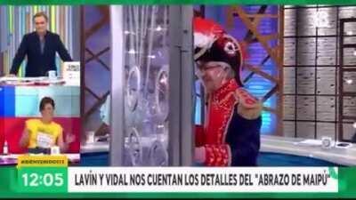 Lavín y Vidal explicando el Abrazo de Maipú.