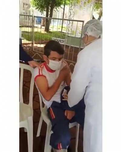 Paramedic with fear of needles getting the vaccine
