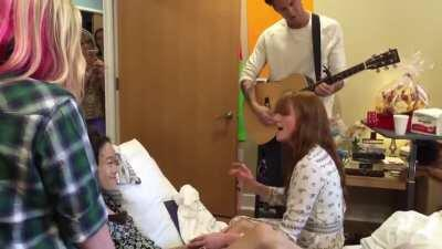 Florence Welch brought a mini-concert to a girl battling cancer who couldn't attend her concert as she fell ill