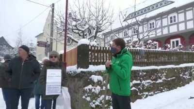 MP Kretschmer stellt sich Querdenkern, die sein Haus belagern