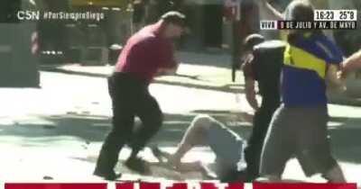 Le cortaron los brazos (y el pelo) a Goro - (disturbios en CABA - 26/11/20)