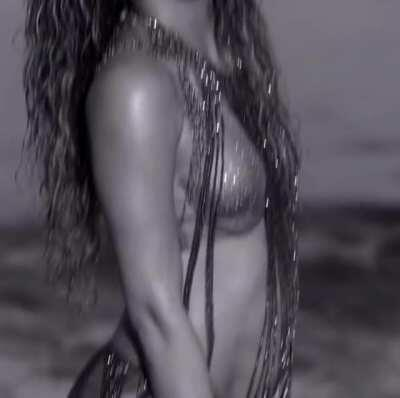 I love Shakira's face as she bounces her ass