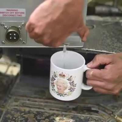 British Army Tankers show off their Challenger 2 tea making facilities. Only tank with a kettle.🇬🇧