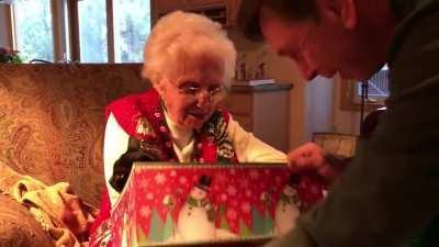 que amor essa senhorinha recebendo um presente de natal