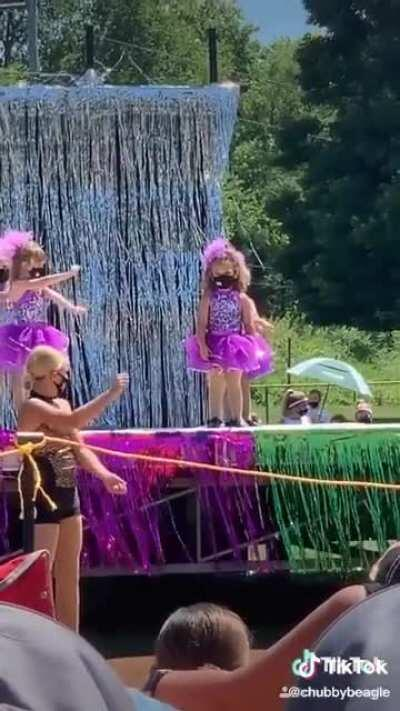 They went to their niece's outdoor dance recital and witnessed this legend