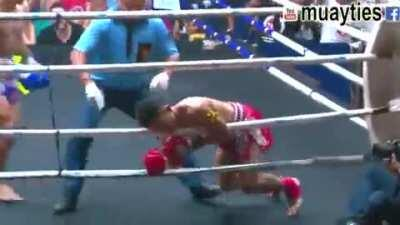 Jumping head kick KO from Banluerit Siwatcharatchai against Praewprao PetyindeeAcademy 2017