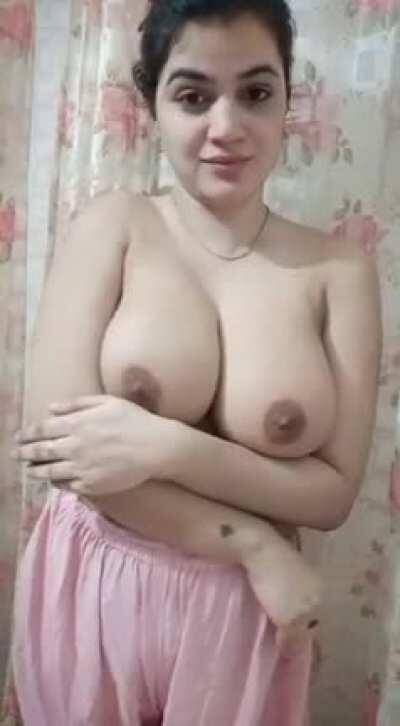 Gorgeous Desi babe with big boobs 😍🤤🤤 stripping and lipsycing on Bollywood song ,Tere bin Dil nai lgda dholna 😄😍😍 (her body 🔥) (shaved pussy) (comments)