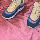 Hey all just giving you a 4K video of the AirMax 1/97 Sean Wotherspoon in hand from coco! This is the latest batch with swoosh height flaw. No oil applied whatsoever. Flash [ON] Also I'm not speaking in this video, solely a HQ video!