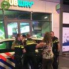 Голландская полиция разъясняет права даме.