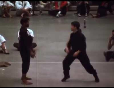 Caмый быстрый удар в истории боевых искусств.Удар Брюса Ли пока никто повторить не может. Скорость, c которой Брюс наносил удар с расстояния в один метр, составляет всего 0,05 сeкунды.