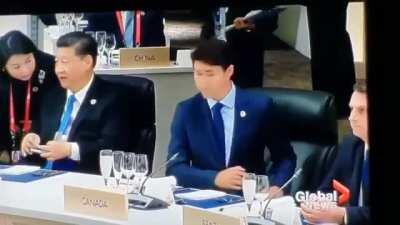 Clássico Bolsonaro deixando o Trudeau no vácuo na reunião das nações.