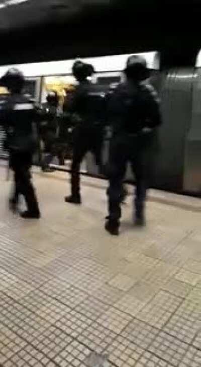 Turiști clujeni nu respectă regulile de conduită la metrou