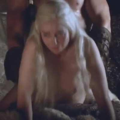 The way Emilia Clarke's thicc body jiggles while she's being pounded is the hottest thing ever