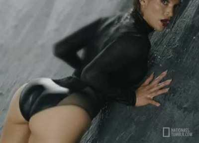 How long could you last inside Jennifer Lopez juicy ass?