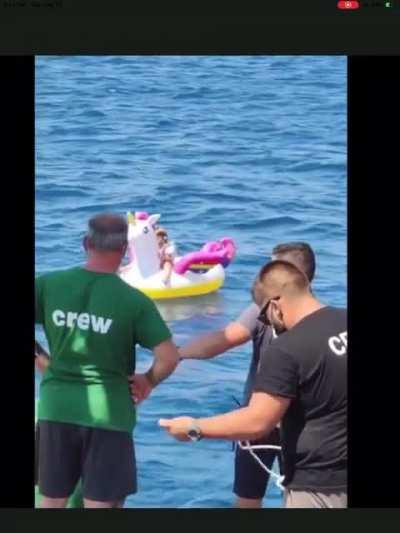 4 year old girl rescued on floating unicorn 1/2 mile out to sea🦄
