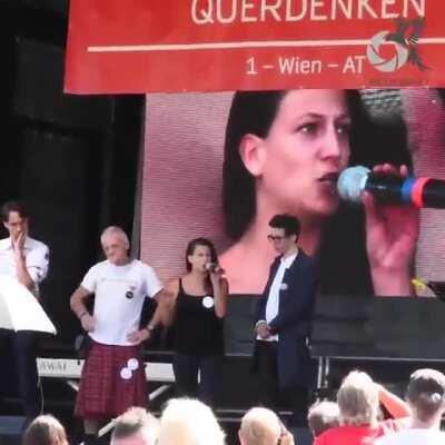 """""""Querdenken""""-Aktivisten zerreißen Regenbogenflagge auf der Bühne in Wien"""
