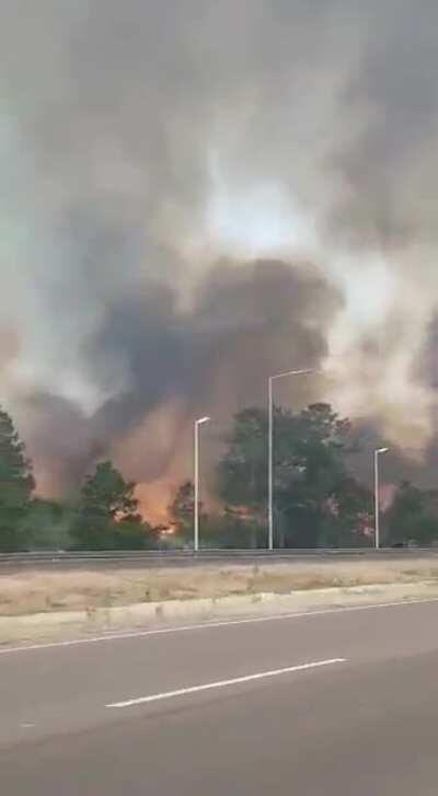 Ahora, incendio en zona de autopista Cordoba a Villa Carlos Paz. El fuego muy cerca de la estación de servicio pasando el peaje