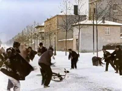 Guerra de bolas de nieve de hace 124 años (1896) en Lyon, Francia. Filmado por Louis Lumiere, uno de los hermanos inventores del cinematógrafo. Cinta restaurada a color y con la velocidad de cuadro x cuadro adecuada.