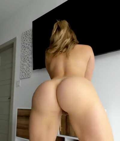 This PAWG knows exactly how to shake her ass!