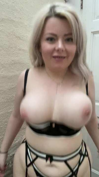 A real girl with real curves 💖 ( and bonus boobie bouncing )