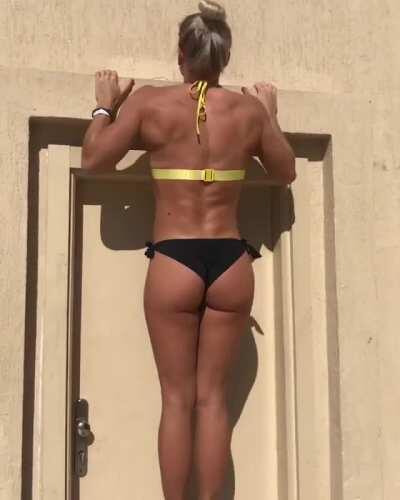 Swedish street workout athlete Malin Jansson [gif]