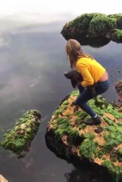 11-летняя девочка спасла маленькую акулу, застрявшую в камнях на мелководье.