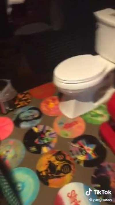 This tiktokker's mom is a fan of the popular metal band Slipknot, and she made a Slipknot-themed bathroom.
