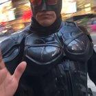 Batman desde Times Square nos manda un saludo y consejo